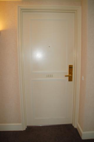 ホテルの部屋のドア.jpg
